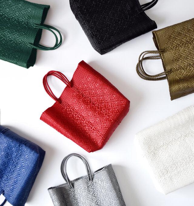 単色で編み上げたデザインでコーディネートに合わせやすく、シンプルなデザインを好まれる方におすすめです。