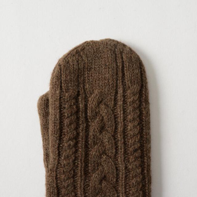 ナチュラルなケーブル編み。ミドルゲージで編まれたニットはざっくり感を演出し、着用するだけでムードたっぷり。表地にウール混素材を使用し、たっぷり空気を含んであたたかな仕上がりです。