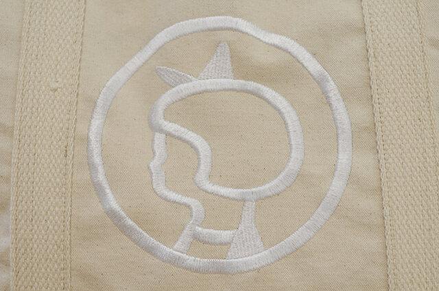 イヤマちゃんの横顔が大きく刺繍されています。 ふんわりヘアにリボンをつけたイヤマちゃんが、シンプルながらとっても愛らしいです。