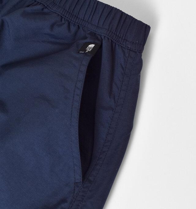 両サイドには、シンプルなデザインのポケットが施されています。