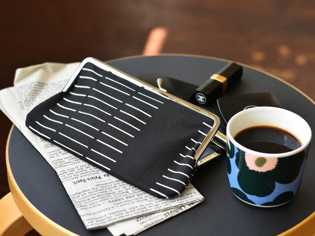 こちらはDash(ダッシュ)です。縫い針のパッケージと、ストライプ柄のデンマークの伝統的な織物からインスピレーションを得て描かれています。きっちりとした細かなデザインですが、手描きのいびつ感があり、シンプルな中にも温かい雰囲気です。