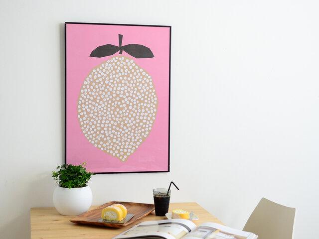 可愛さを引き立てる背景のピンク色が印象的な「lemmon」。 ぷっくりとしたレモンの形と、中にぎっしり詰められたドットのバランスが心地よく、お部屋にも、見る人の中にもスッと溶け込みます。