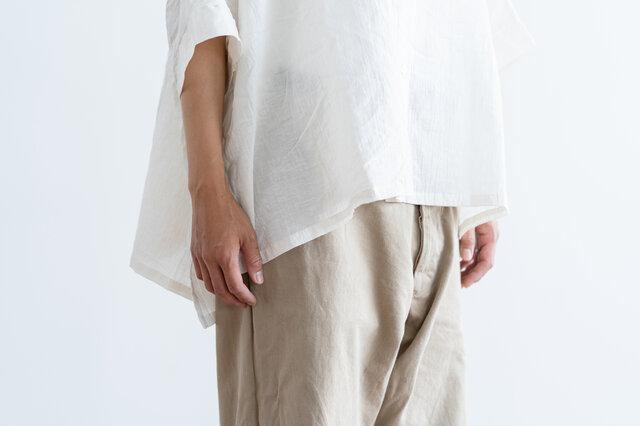 袖丈は肘が隠れるくらいの長さで、真夏でも日除けや冷房対策としておすすめです。