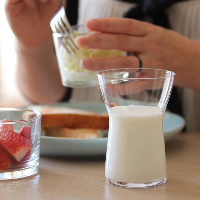 くびれの位置が絶妙な美しいグラスのミルク。 グラスのフォルムと飲み物が美しく見えるので、注ぐ位置にもこだわりたくなるような、楽しいグラスです。 その名の通りミルクだけではなく、お茶や水、デトックスウォーターなど入れて食卓におけば、それだけでセンスアップしたようになるはず。