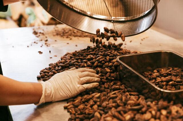 チョコレートバーは、一種類のカカオ豆のみで作られているシングルオリジン。私たちが開発した独自の焙煎を行うことで、それぞれの豆が持っている独特のフレーバーやニュアンスを引き出しています。使用するカカオ豆の原産国をすべて訪れ生産者との交流の中から最高のカカオ豆を選んでいます。製造に先立って、割れたり欠けたりしたものや発酵不十分なものを取り除きます。