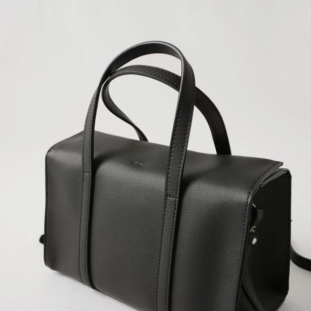ハンドバッグとショルダーバッグに使い分けられる便利な2way仕様。 シンプルなデザインが、大人のミニマルな雰囲気の装いにマッチします。