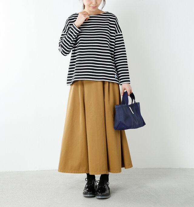 model yama:167cm / 49kg color : black×white / size : F   襟ぐりはすっきりとしたボートネック。開きとしてはコンパクトですが、横に広がったネックラインが女性らしさをプラスしてくれるので、1枚で着用してもカジュアルになりすぎない絶妙なシルエットを描きます。