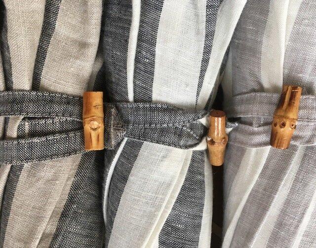 (左から)ベージュ、ブラック、グレー 長傘は竹の留め具、折りたたみ傘はスナップボタンです。