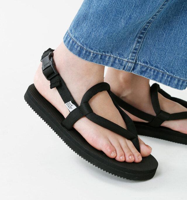 ナイロンストラップで足をホールドするミニマムなデザインが特徴的。ストラップは丸い形をしているので足に優しくフィットします。軽やかなアッパーに対してボリュームのあるソールがスタイリッシュな印象です。