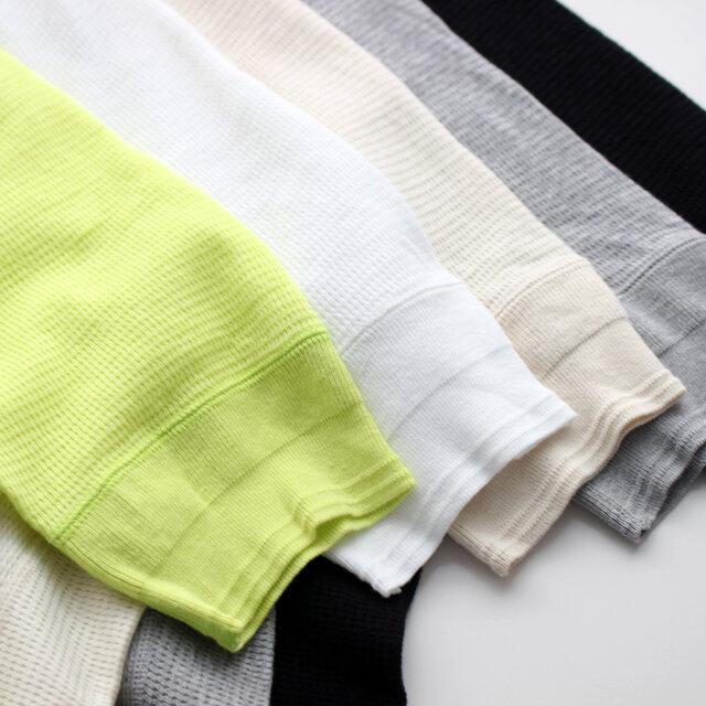 袖のデザインが特徴的。