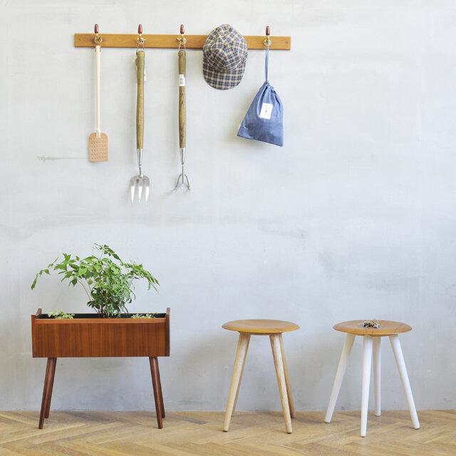 椅子として使用しない時には、観葉植物などを置いたりして、 ただそこにあるだけで、とても絵になるスツールです。