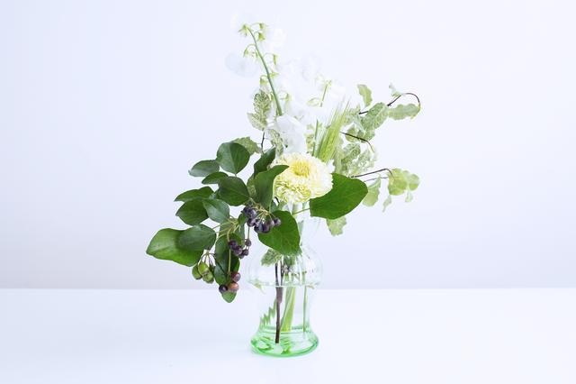 そんな「house doctor」から登場するのは、涼しげで美しい発色のリサイクルガラスで作られた水耕栽培用のフラワーベース「Hyacinth Vase Lily(ヒヤシンス ベース リリー)」。