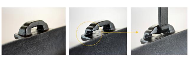 【1】片側のみ持ち手を通す溝が空いています。まずは溝のない内側に持ち手を通します。 【2】次にもう一方の持ち手の根元を、やや内側に引きながらスライドさせるように溝を通します。ご使用中に持ち手が外れないようにしっかりと取り付けてください。