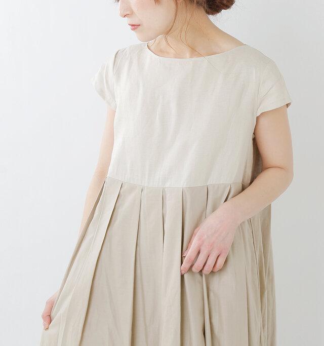 胸もとの切り替え部分にたっぷりとタックを施すことで、裾に向かって緩やかにフレアが広がり、空気を纏うような軽やかな雰囲気を生み出します。