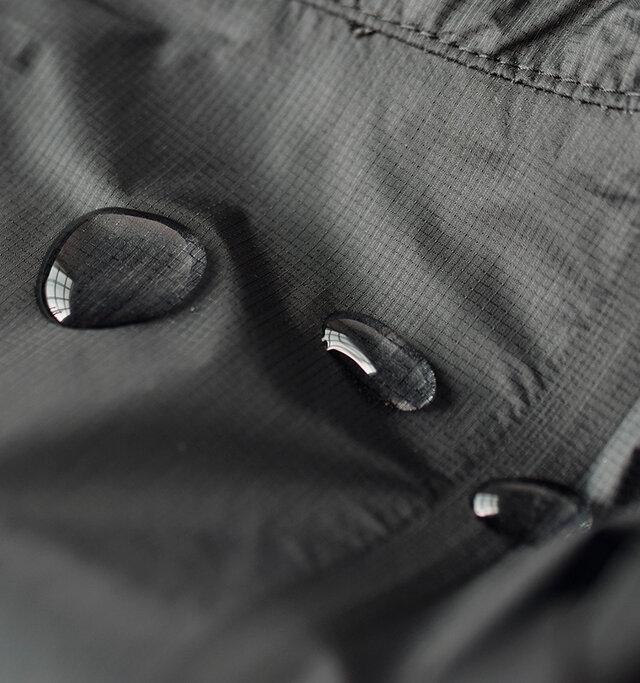 耐水性と透湿性のあるハイベント3層構造ながら、非常に薄く仕上げた防水コート。 撥水性に優れ蒸れにくく、とても軽いので快適な着心地です。