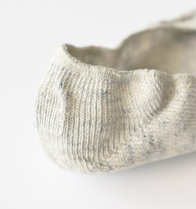 薄手ながらハリのあるリネン素材で踵を立体的に包みます。