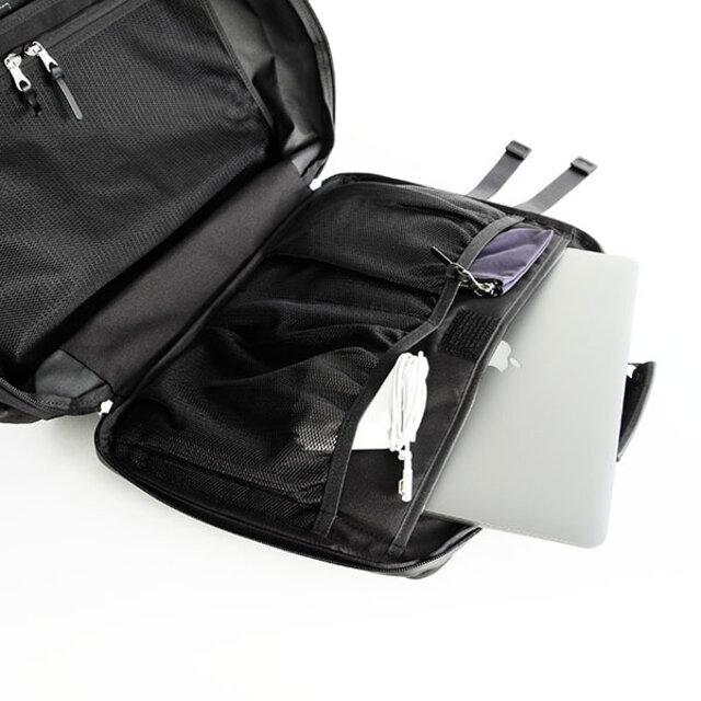 内側のフロント面にジップとポケットとゴムバインディングのメッシュポケットで厚みのあるものも入れる事が可能です。 背中面にはノートPC用のクッションポケットと大きめの書類ポケット、2つに別れたメッシュポケットが付いています。