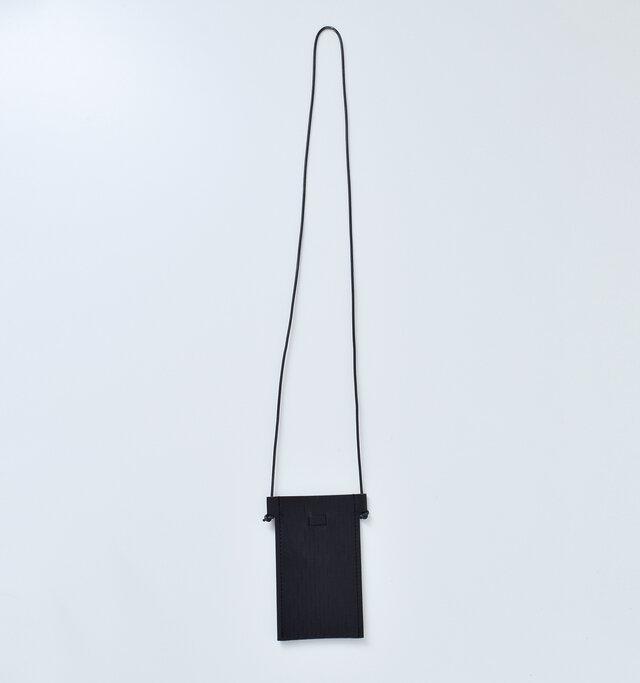 両サイドの革紐で簡単に調節できるデザイン。 好きな長さで結んだり、斜めにかけたりと、調節して自分スタイルで楽しめます。