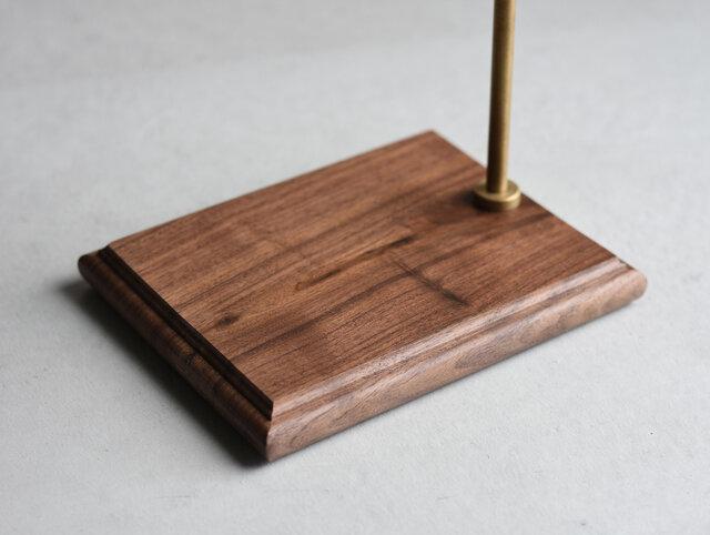 木台はコーヒーのシミが付きにくいよう、コーティングを施しています。スタンドの高さは可動式なので、1人用のカップから背の高いピッチャーまで、様々な容器に合わせてお使いいただけます。