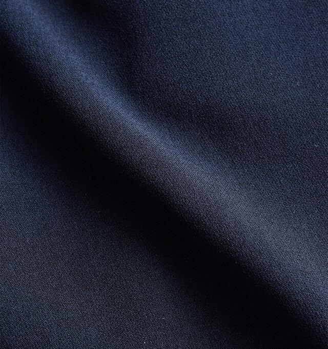 二重にして生地が織られたダブルクロスを使用。通常の生地に比べてしっかりとした厚みがあるのが特徴的です。ややシャリ感のある肌触りで肌にまとわりつかず、ストレスフリーな生地感です。