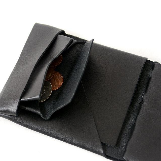 カードの収納と重ならないように設計された、小ぶりな小銭入れ。 小ぶりながらもしっかり収納することができます。