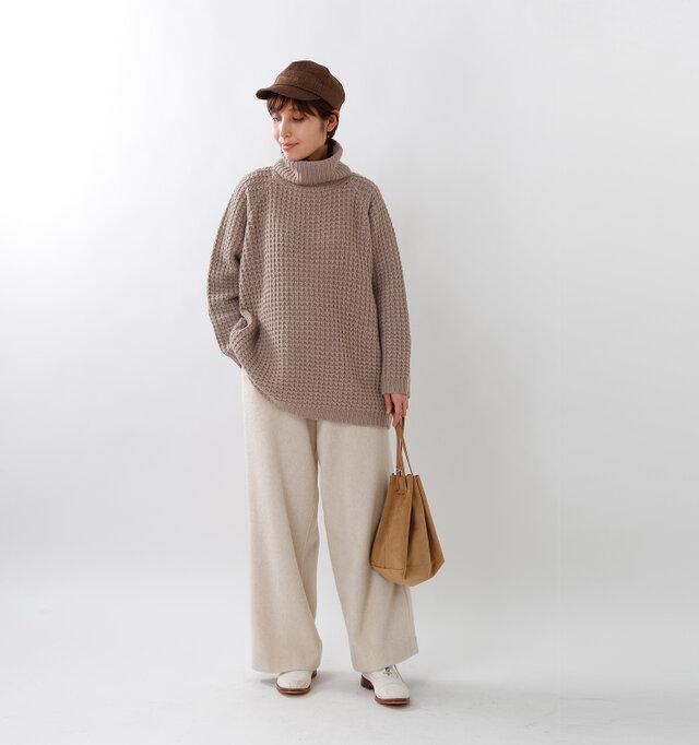 model yama:167cm / 49kg color : beige / size : F  シンプルなデザインで程よいビックシルエット。着るだけでこなれた雰囲気を演出してくれます。