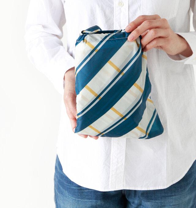 小さくコンパクトにたたんで、付属のポーチ入れてしまえば、濡れていてもバッグの中が濡れません。邪魔にならないサイズで、畳み方も1度覚えてしまえば簡単です♪