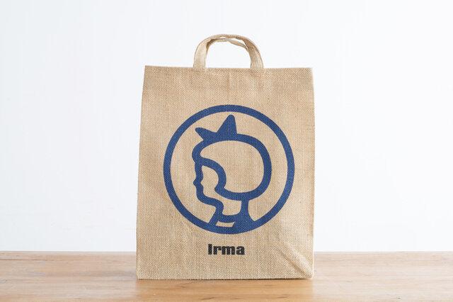 デンマークのイヤマスーパーマーケットで使用されている有料紙袋のデザインを、ジュート素材で再現しました。  イヤマちゃんの愛らしい横顔が、爽やかなブルーでプリントされたジュートトートバッグ。 日本企画・日本限定発売で、生産はインドの「国際フェアトレード認証」のある工場で行われています。