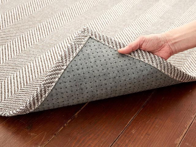 裏面はフローリングに優しい不織布貼り。滑り止めもついています。