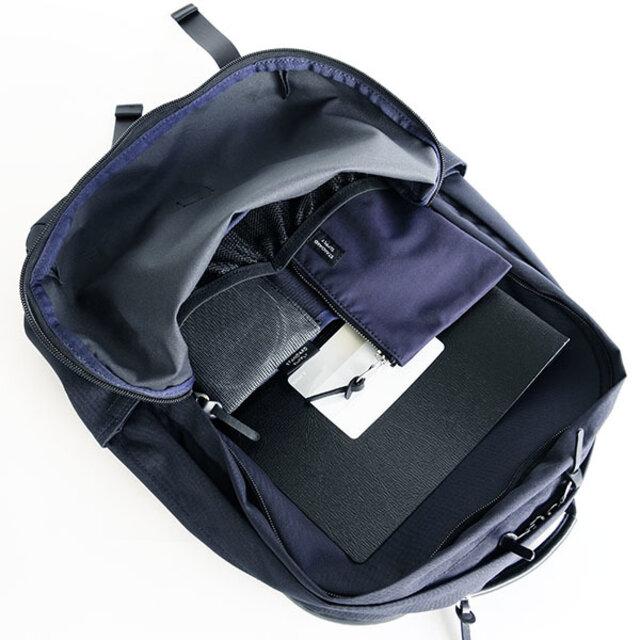 フロントの部屋にはA4が入るポケットとゴムバインディングの付いた伸びるメッシュポケットが付いています。