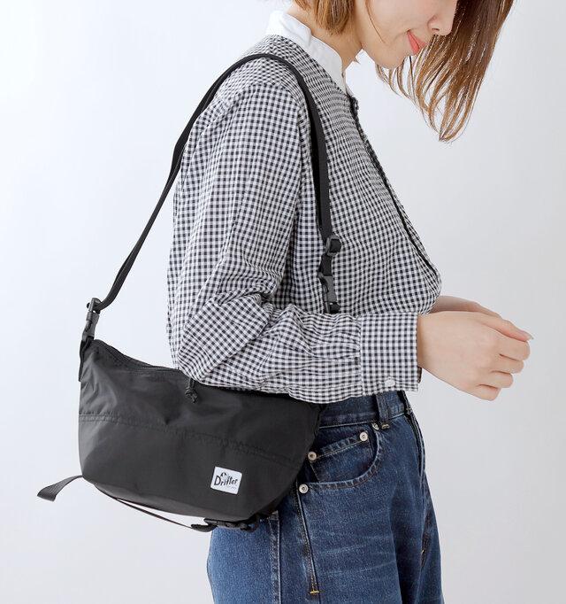 コンパクトに見えても、実は色々な使い方ができる頼もしいバッグ。旅行やフェスにちょうどいいサイズ感も嬉しいですね。