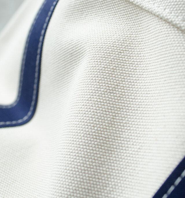 60年以上も日本製純綿帆布にこだわり紡績から加工までの全てを国内生産しているブランド、富士金梅の帆布を使用しています。富士金梅の帆布は厚手で耐久性に優れています。また使い込んでいくうちに馴染んでいき、良い風合いに変化していきます。長年の使用にも耐えうる、高品質な素材です。