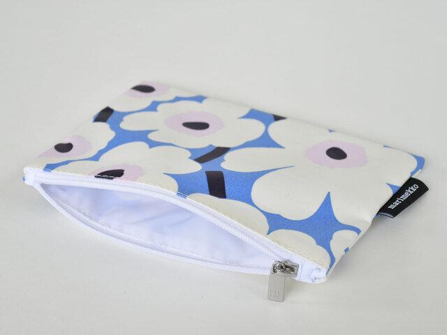形はマチのないシンプルなもの。化粧ポーチや通帳ケース、あると便利なサイズ感です。バッグの中から出すたび、思わず笑顔になってしまいそうですね。