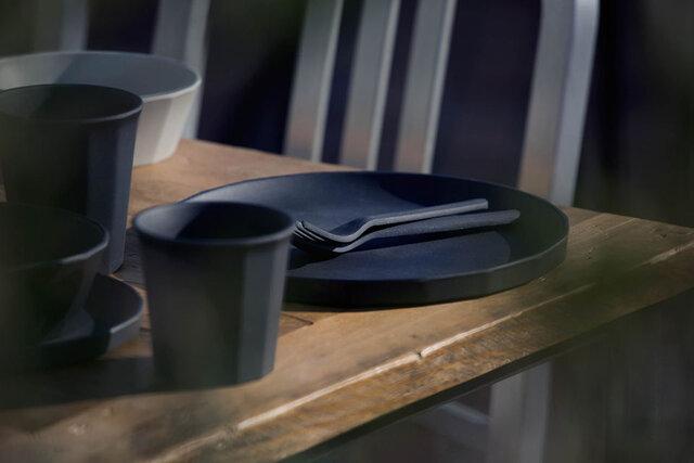 バンブーファイバーのマットで味わいのある表面の質感は、料理をおいしく引き立てます。 またフォークとスプーンはそれぞれすっきりと重なりあい、オーバーデコレーションではない微妙なさじ加減で、デザインの印象を優雅に昇華させています。