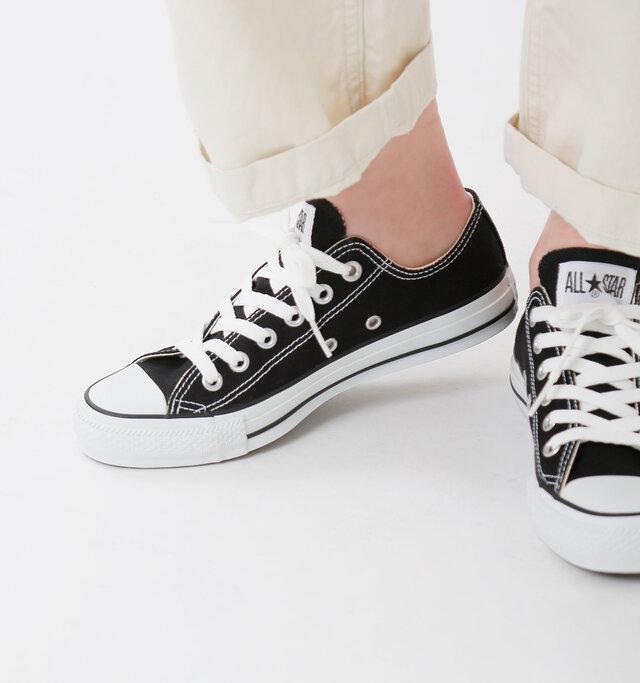 素足やソックス合わせが楽しめるローカットモデル。爽やかなキャンバス素材に、タンに縫い付けられたロゴマークがワンポイントに。内側面には通気孔が配置され、靴内の湿気を逃がして蒸れを軽減してくれます。