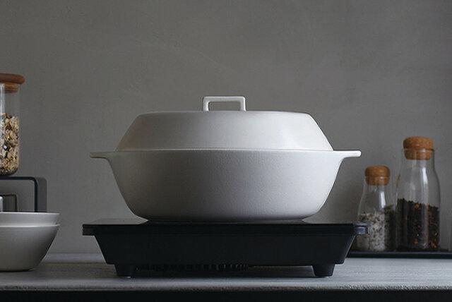 耐熱温度差500度をクリアした高耐熱素材だから、ガスレンジでの直火調理はもちろん、IH調理器、ハロゲンヒーター、ラジエントヒーター、電子レンジ、オーブンで使えるマルチ対応の土鍋です。 周辺が暑くならないIH調理器を使えば、季節を問わず快適な空間の中で鍋料理が愉しめます。
