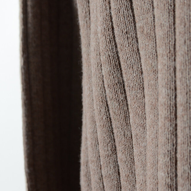 生地は肌に優しいコットン素材にカシミアを合わせることで、思わずデイリーに着たくなる滑らかな肌触りに仕上がっています。