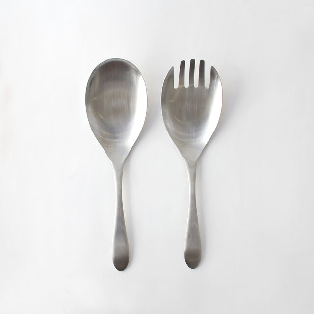 皿部が広く、平らな部分が多いので、お皿の底や側面にフィットして掬いやすいのが特徴。 また、ステンレス一体型なので汚れが付きにくくお手入れも簡単です。