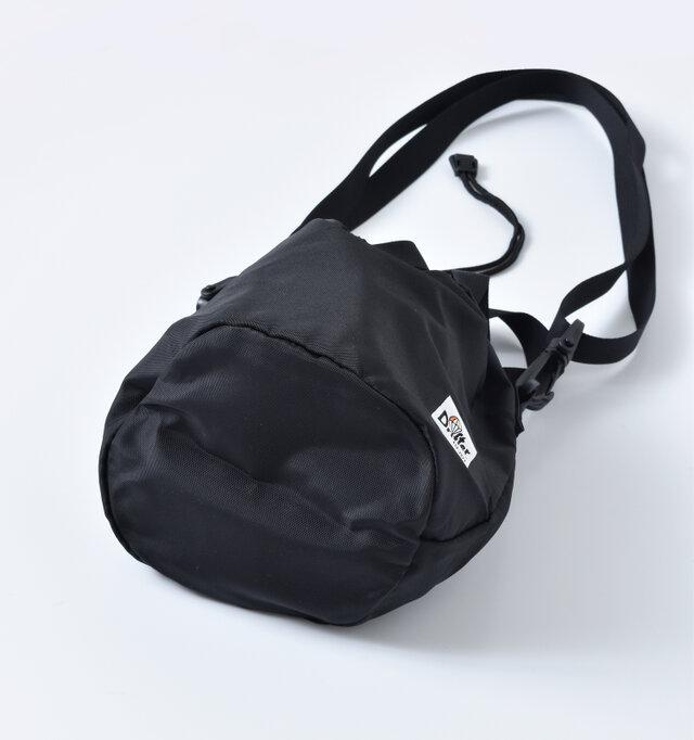 丸いマチが個性的で、見た目よりも収納力があるので、旅行やフェスなどにもおすすめです。メインのバッグに入れてポーチとしても使えますよ。