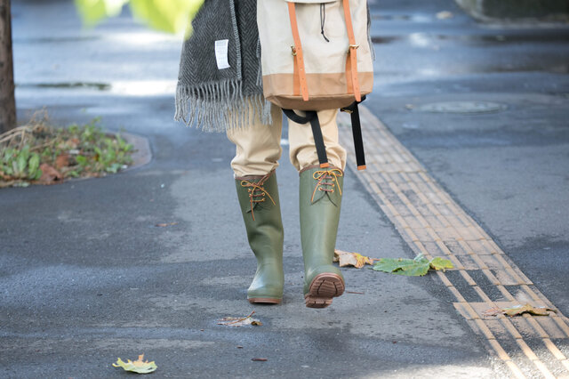 「歩く」という運動に伴う衝撃は、体重77kgの人が一日を過ごすうちに「8000歩」歩行すると、 1000トンの負荷が足にかかるといわれています。  パーツを増やすことにより、長靴にありがちなブカブカ感を軽減し、快適な歩行を実現しています。 通常の約3倍のパーツ数は、足へのフィット感、機能性を追求した結果です。