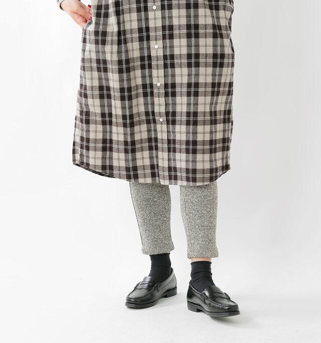 キュッとテーパードしたシルエットなので裾の収まりが良く、ワンピースの下に合わせても◎ スニーカーはもちろん、短靴やブーツもオススメです。