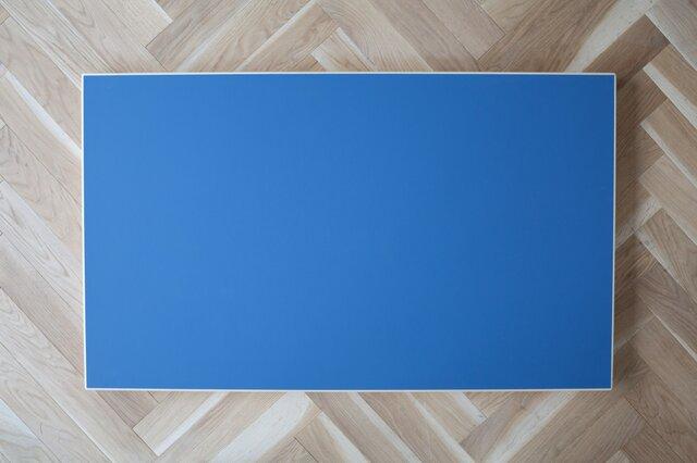くすみのない鮮やかなブルーは、バーチ材の脚の色味と相まってスッキリした印象。