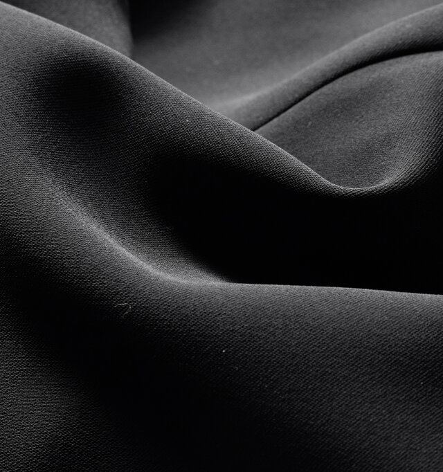 織りで入れたナチュラルストレッチがストレスフリーな着心地を叶えるダブルクロス素材。 とろみがありながらも、梳毛調のハリコシが高級感を演出します。