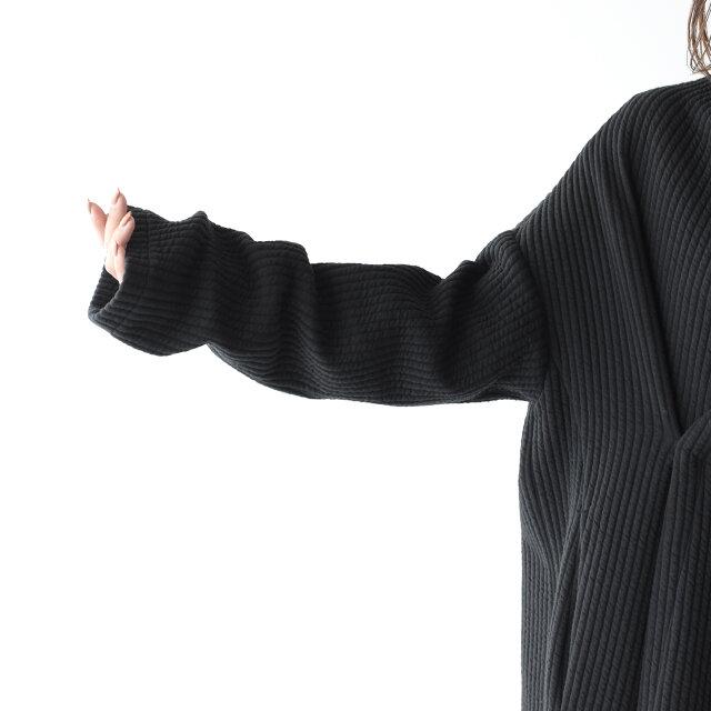 袖口は長めに設定し、ラフにくるっと捲くっても素敵ですよ。
