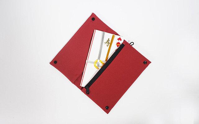 実はこのエチケットケース 、『袱紗(ふくさ・マナーケース)』としても使えます。 袱紗の仕立てにある、縫い目が見えない袋縫い仕立、極力ファスナーやパーツがキラキラしない控え目なデザイン。