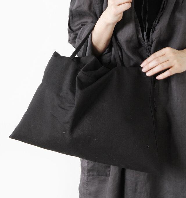 コットン地のキャンバスバッグには、細いハンドルが付いているのでこのまま持ち運びすることもできます。