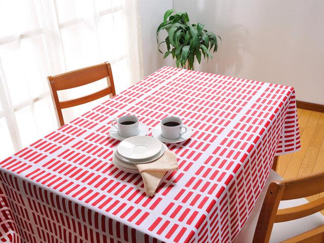 レッドは、パッと明るい印象です。SIENA(シエナ)テーブルクロスで、北欧ダイニングに早変わり!