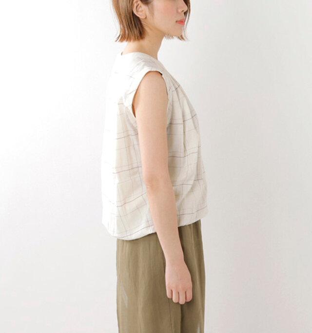 切り込みが施された袖口や胸元のタックが清楚で軽やかさを引き立ててくれます。