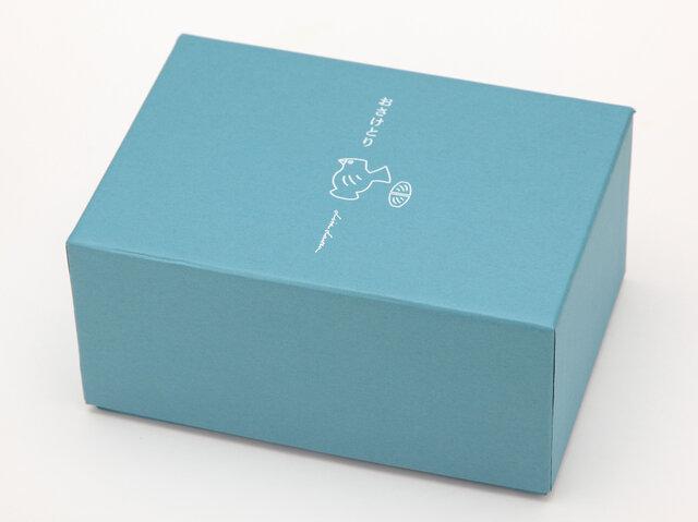 青は紙箱に入っています。 箱に描かれた「おさけとり」もとっても可愛くて、ほんわかしちゃいますね♪
