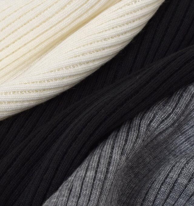体のラインを美しく見せてくれる伸縮性抜群のリブ生地を使用しています。洗えるウール混の素材で保温性も兼ね備えているの魅力のひとつ。ふんわりと編み立てられた生地は触れ心地を一番に考えられており、素肌で着ても快適です。
